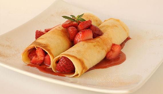 Panqueques rellenos de frutillas acarameladas gourmet for Como cocinar crepes