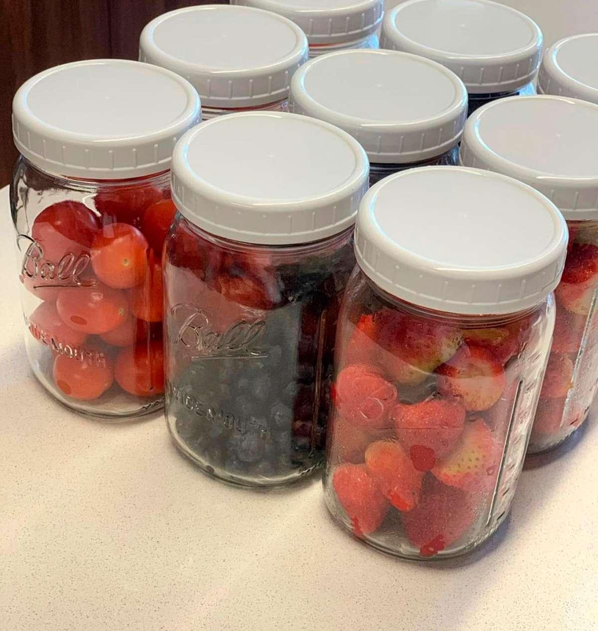 Frutos rojos en frascos