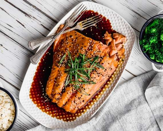 Salmón con salsa teriyaki y arroz pegajoso